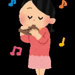 オカリナを吹いている女子